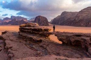 Deserto panorama arco Wadi Rum Giordania