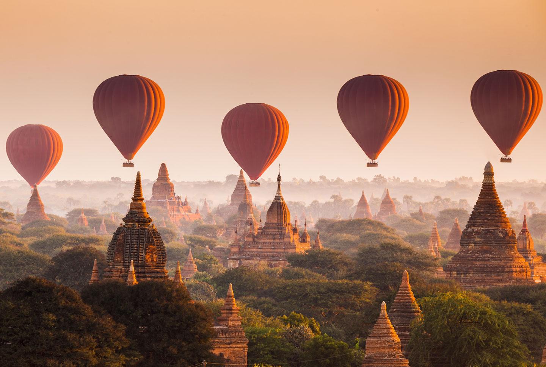 Bagan Mongolfiere all'alba