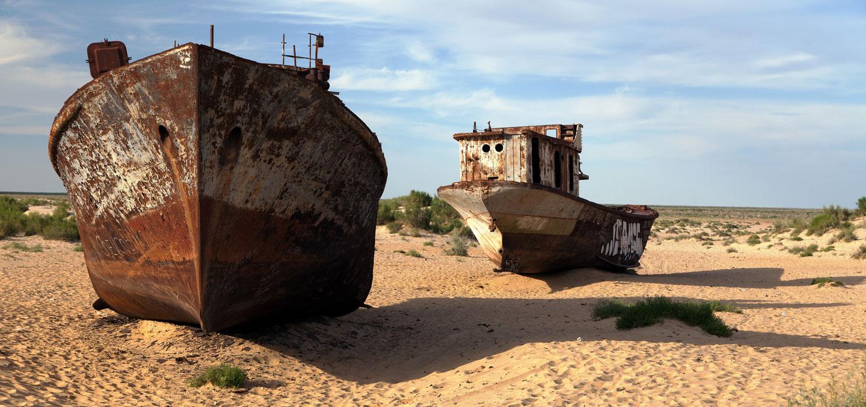 Lago d'Aral Moynaq nave nel deserto
